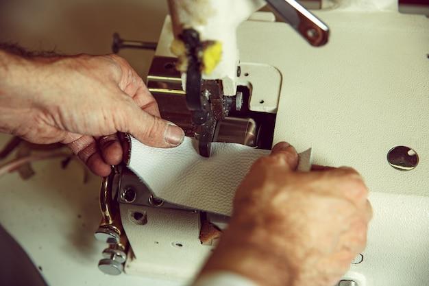 Ręce Mężczyzny Za Szyciem. Warsztat Skórzany. Tkanina Vintage Przemysłowa. Mężczyzna W Kobiecym Zawodzie. Pojęcie Równości Płci Darmowe Zdjęcia