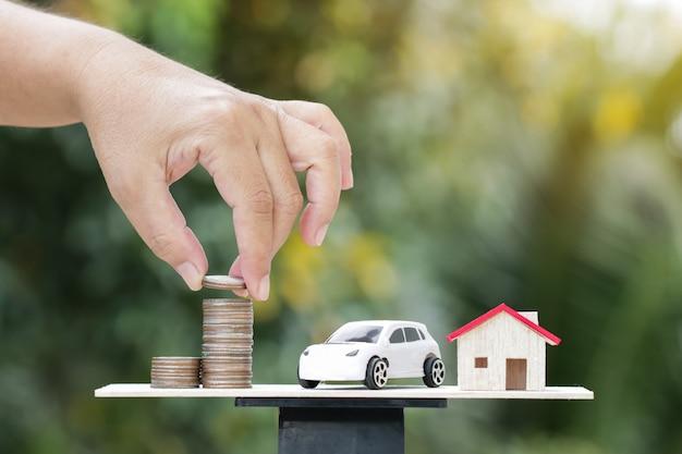 Ręce monety pieniądze dropshipping na wagi ważenia na zielony drewno Premium Zdjęcia