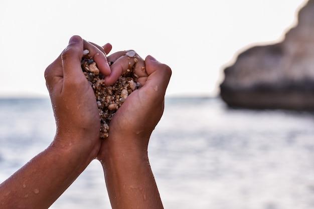 Ręce Murzyna Chwytającego Kamienie W Kształcie Serca Darmowe Zdjęcia