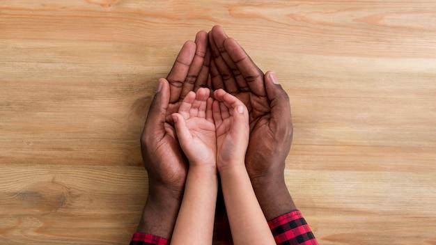 Ręce Ojca I Dziecka Na Stole Premium Zdjęcia