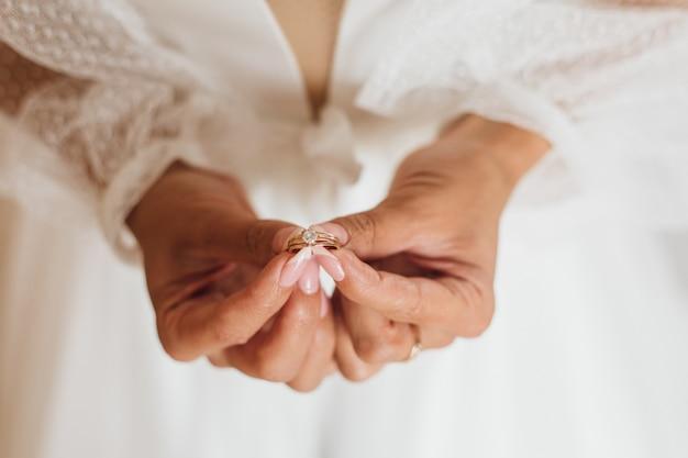Ręce Panny Młodej Trzymają Minimalistyczny Pierścionek Zaręczynowy Z Kamieniem Szlachetnym, Z Bliska, Bez Twarzy Darmowe Zdjęcia