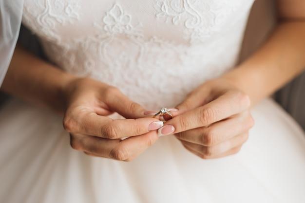 Ręce Panny Młodej Trzymają Piękny Pierścionek Zaręczynowy Z Kamieniem Szlachetnym, Zbliżenie, Bez Twarzy Darmowe Zdjęcia