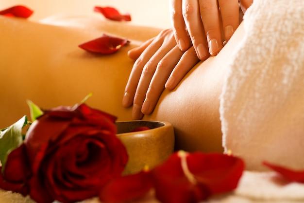 Ręce robi masaż pleców Premium Zdjęcia