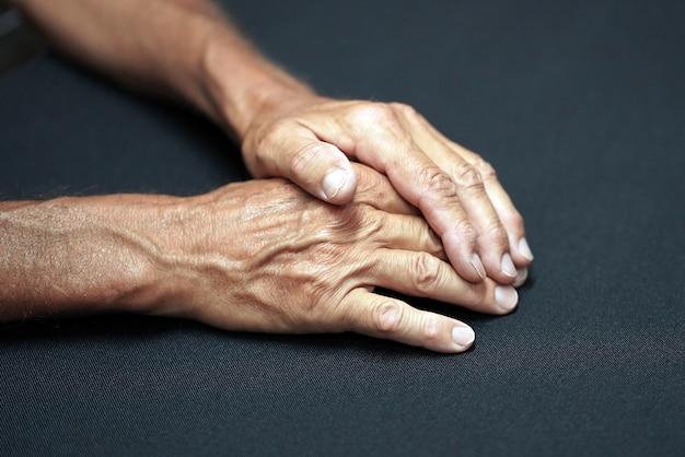 Ręce Starca Na Stole Premium Zdjęcia