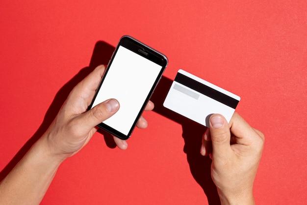 Ręce trzyma kartę kredytową i telefon makiety Darmowe Zdjęcia