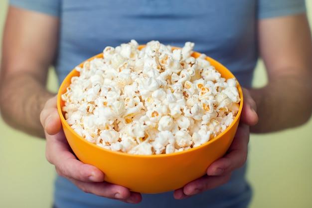 Ręce Trzyma Miskę Popcornu Premium Zdjęcia