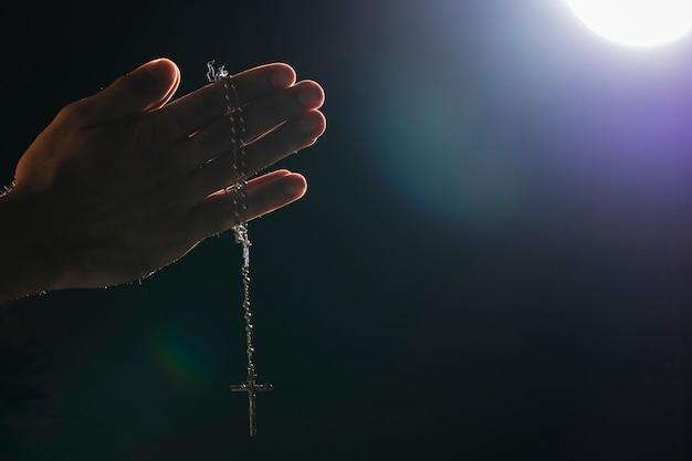 Ręce Trzyma święty Naszyjnik Na Pełni Księżyca Premium Zdjęcia