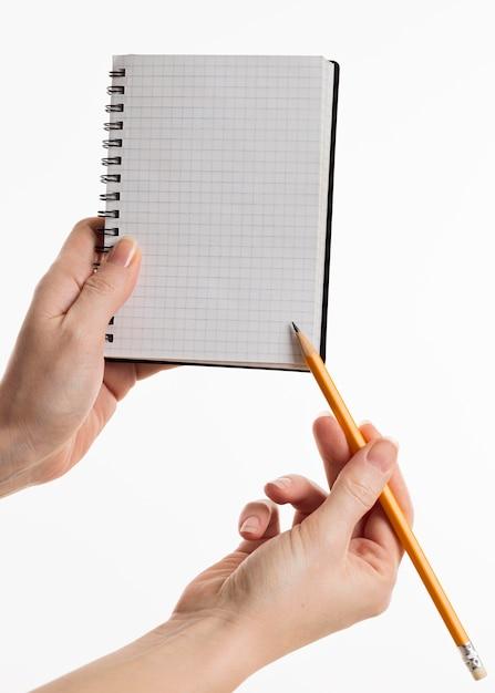 Ręce Trzymając Notes Z Ołówkiem Darmowe Zdjęcia