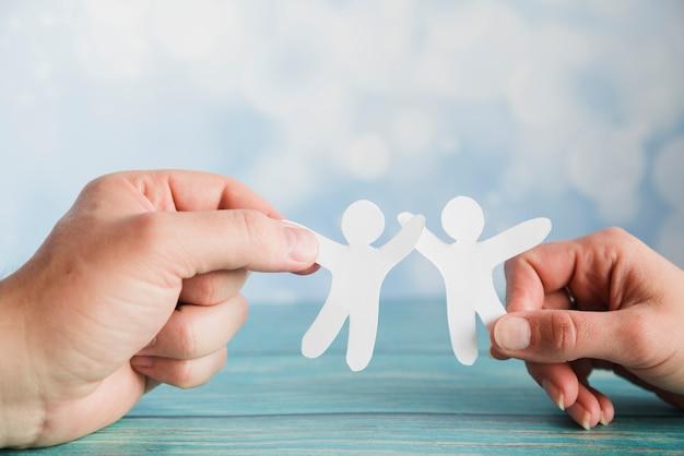 Ręce Trzymając Papierowych Przyjaciół Premium Zdjęcia