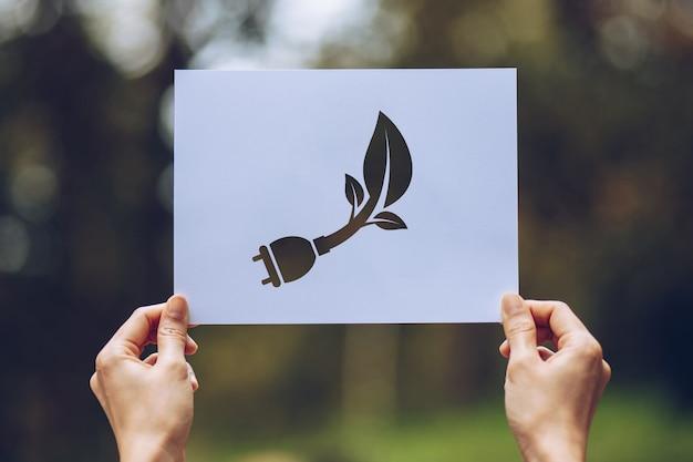 Ręce trzymając wycięty papier pokazujący Premium Zdjęcia