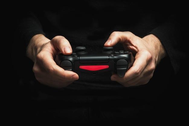 Ręce Z Gamepadem Premium Zdjęcia