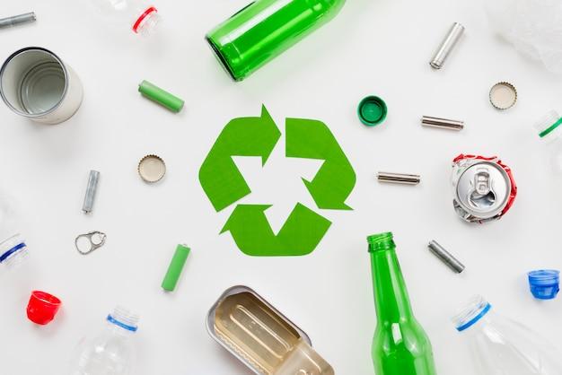 Recykling emblematu wokół różnych śmieci Darmowe Zdjęcia