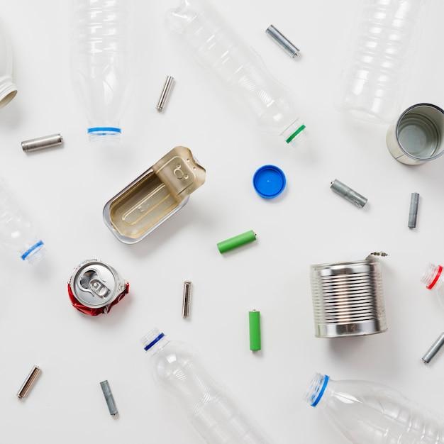 Recyklingowy śmieci na białym tle Darmowe Zdjęcia