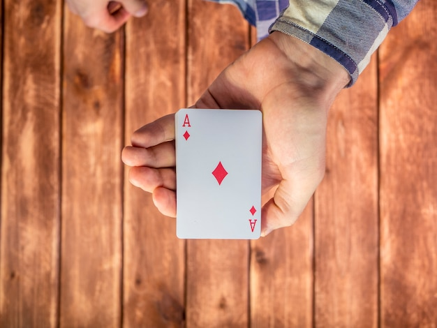 Ręczne Mieszanie Kart Do Gry Na Powierzchni Drewnianych Premium Zdjęcia