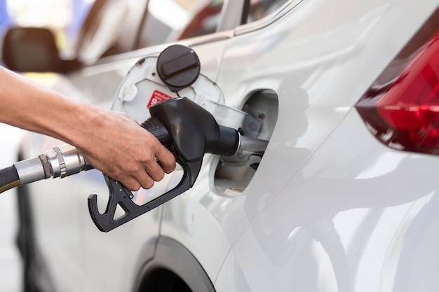 Ręczne Napełnianie Samochodu Paliwem, Zbliżenie, Pompowanie Gazu Na Stacji Benzynowej. Premium Zdjęcia