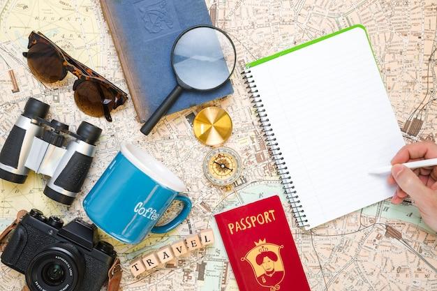 Ręczne Pisanie Obok Elementów Podróży Darmowe Zdjęcia