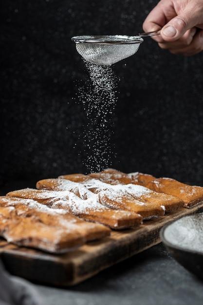Ręczne Przesiewanie Cukru Pudru Na Deserach Darmowe Zdjęcia