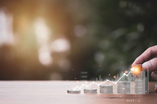 Ręczne Stawianie Sztaplowania Monet Z Wirtualnym Wykresem Trendu Na Stole Koncepcja Wzrostu Inwestycji Biznesowych I Wzrostu Zysku. Premium Zdjęcia