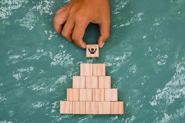 Ręczne Układanie I Układanie Drewnianych Kostek Darmowe Zdjęcia