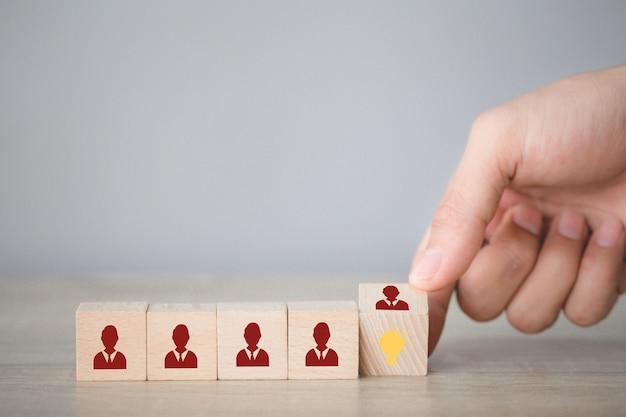Ręczne Układanie Klocków W Drewnie Z Ikoną żarówki I Ludzkim Symbolem, Premium Zdjęcia