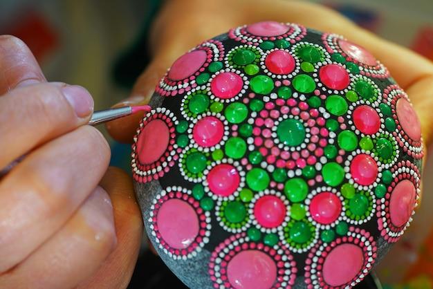 Ręcznie Malowana Mandala Na Kamieniu Z Pędzelkiem Premium Zdjęcia