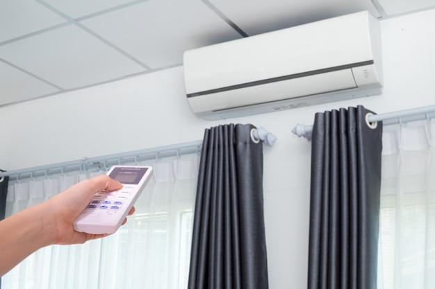 Ręcznie Naciskając Klimatyzator W Pomieszczeniu. Premium Zdjęcia