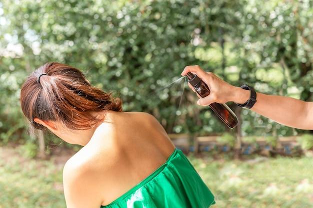 Ręcznie Nakładana Ochrona Przeciwsłoneczna Na Skórę Ramion. Premium Zdjęcia