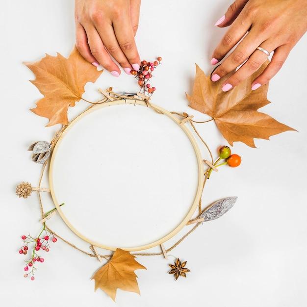 Ręcznie Robiąc Wieniec Jesienią Darmowe Zdjęcia