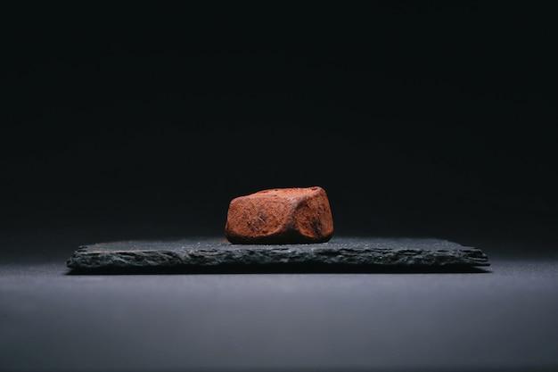 Ręcznie Robione Cukierki Z Trufli Z Ciemnej Czekolady Premium Zdjęcia