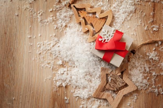 Ręcznie Robione Drewniane Zabawki I świąteczne Pudełka Na Prezenty Z Papieru Pakowego Premium Zdjęcia