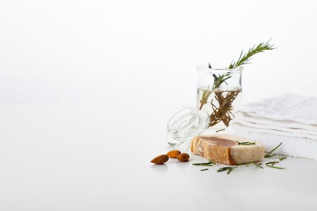 Ręcznie Robione Mydło. Pielęgnacja Skóry Z Aromatem Migdałów I Rozmarynu. Zabiegi Spa I Aromaterapia Dla Gładkiej I Zdrowej Skóry Premium Zdjęcia
