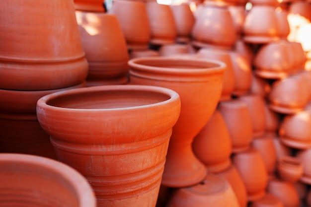 Ręcznie robione naczynia ceramiczne wykonane z gliny w brązowym kolorze terakoty Premium Zdjęcia