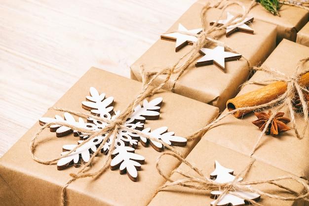 Ręcznie Robione Prezenty świąteczne Lub Rustykalny Nowy Rok Prezentuje Prezenty Na Drewnianym. Stonowanych Premium Zdjęcia