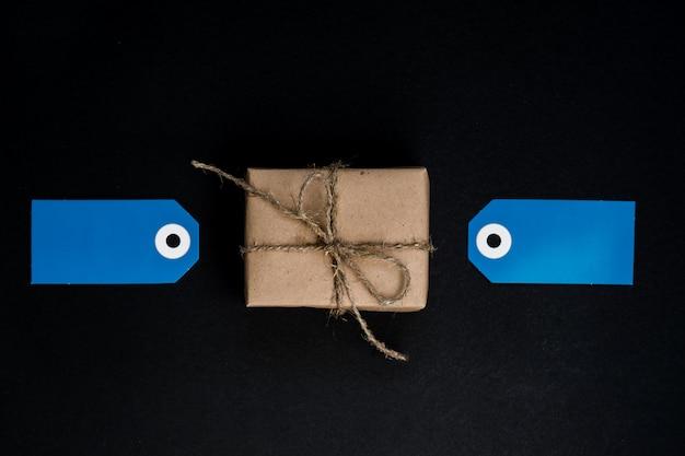 Ręcznie Robione Pudełko Upominkowe Owinięte Papierem Rzemieślniczym Z Niebieskimi Etykietami Z Papieru Do Dekoracji. Premium Zdjęcia