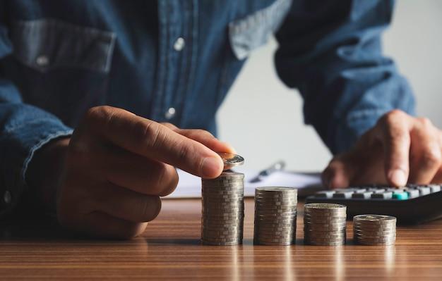 Ręcznie Upuść Monetę Ze Stosem Monet Pieniędzy Rosnących Dla Biznesu. Koncepcja Finansowo-księgowa. Premium Zdjęcia