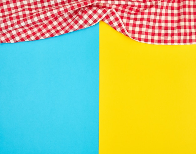 Ręcznik Kuchenny Biały Czerwony W Kratkę Na Niebieskim Tle żółty Premium Zdjęcia