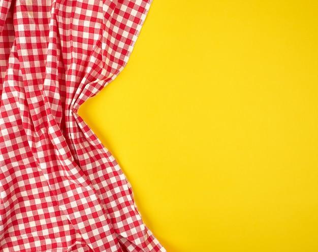 Ręcznik Kuchenny Biały Czerwony W Kratkę Na żółtym Tle Premium Zdjęcia