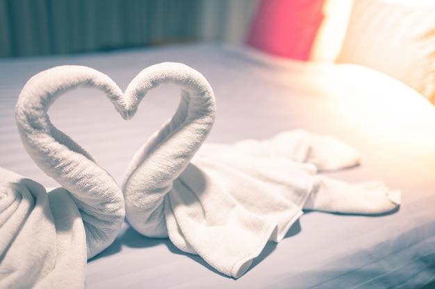 Ręcznik Wykonany Jest Z Białego łabędzia Na łóżku Premium Zdjęcia