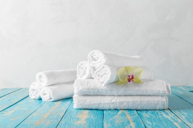 Ręczniki z kwiatem orchidei Premium Zdjęcia