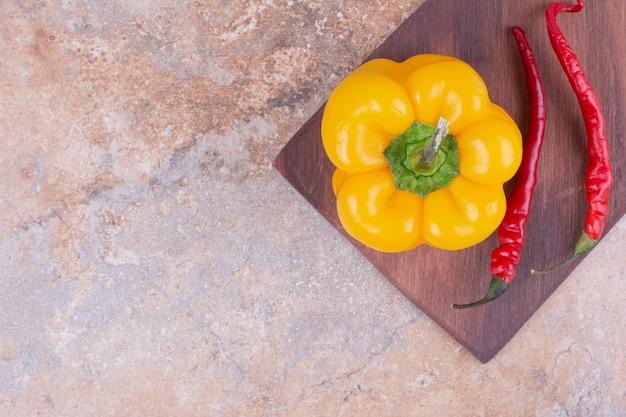 Red Hot Chili Z żółtą Papryką Na Drewnianej Desce. Darmowe Zdjęcia