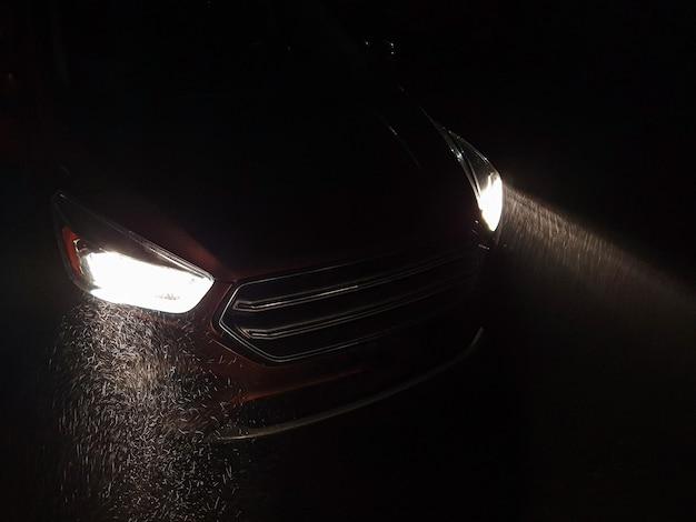 Reflektory Samochodu świecą Przy Silnych Opadach śniegu Premium Zdjęcia