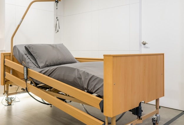 Regulowane Elektrycznie łóżko Pacjenta W Sali Szpitalnej. Technologia Usług Medycznych I Szpitalnych. Premium Zdjęcia