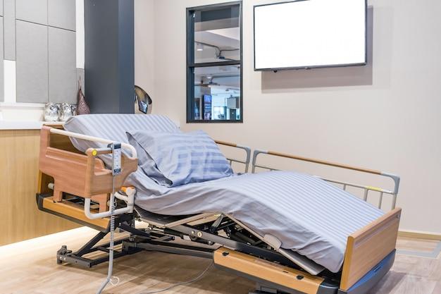 Regulowane Elektrycznie łóżko Pacjenta W Sali Szpitalnej. Premium Zdjęcia