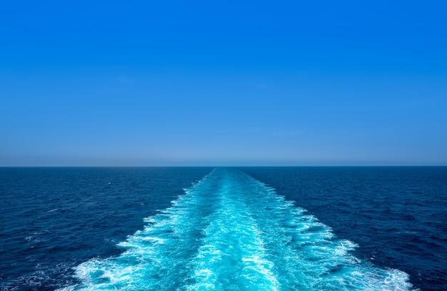 Rejs łodzią promową obmycie piany błękitne morze Premium Zdjęcia