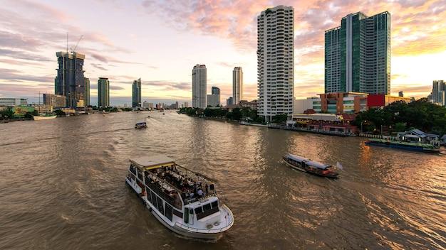 Rejs Po Rzece Na Rzece Chao Phraya W Bangkoku Premium Zdjęcia