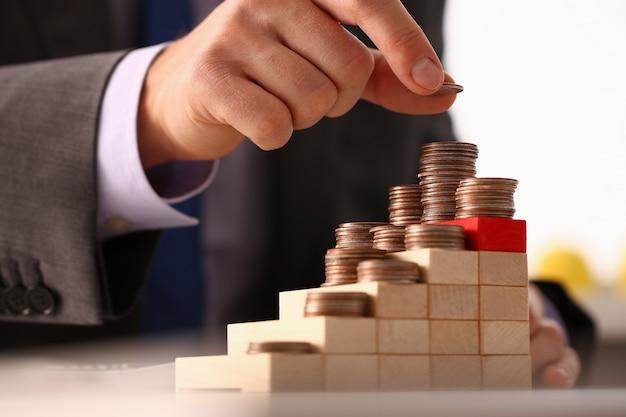 Ręka Biznesmen Tworzy Moneta Stos Premium Zdjęcia