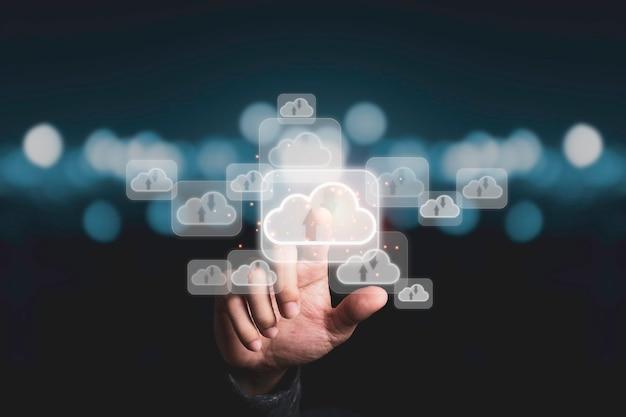 Ręka Dotyka Wirtualnej Sztucznej Inteligencji Z Transformacją Technologii Chmury I Internetem Rzeczy. Zarządzanie Dużymi Zbiorami Danych W Chmurze Obejmuje Strategię Biznesową, Obsługę Klienta. Premium Zdjęcia