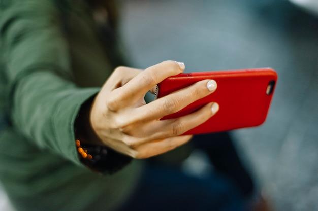 Ręka Dziewczyny Za Pomocą Telefonu Premium Zdjęcia