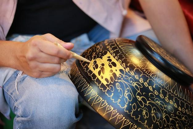 Ręka Farby Złoty Kolor Na Misce, Tajlandia Premium Zdjęcia