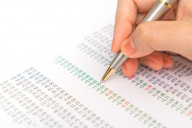 Ręka kobiety biznesu z wykresów finansowych i laptopa na ta Darmowe Zdjęcia